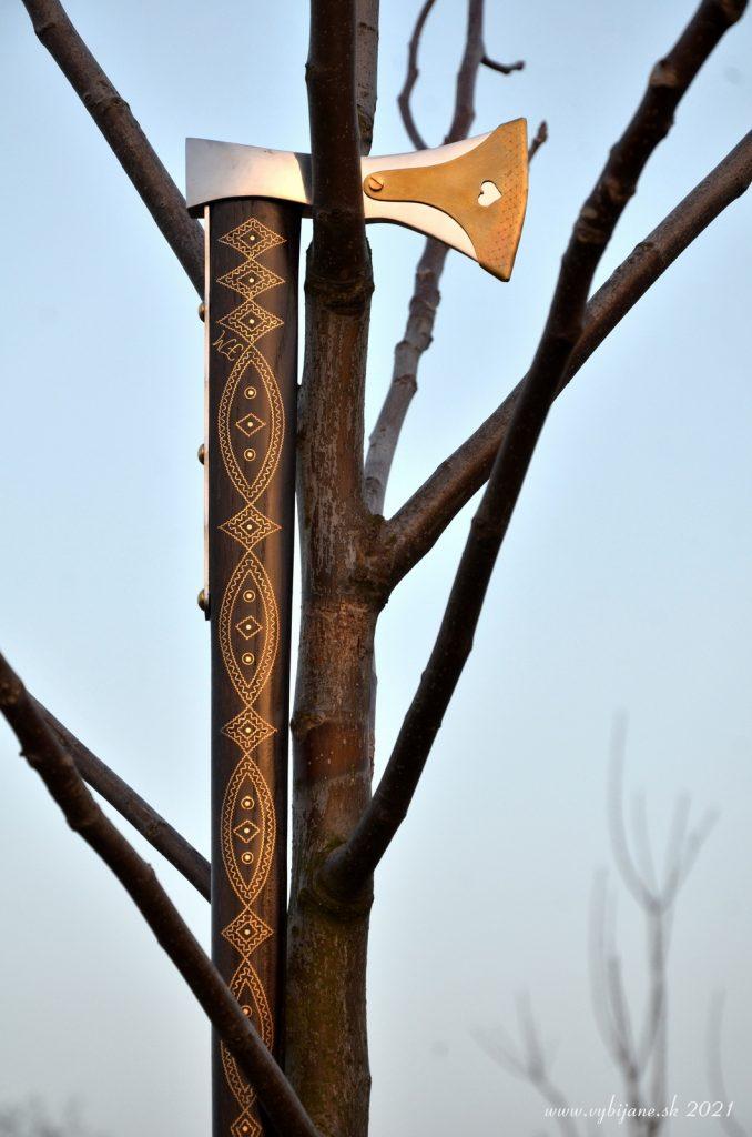 Vybíjaná valaška, zdobenie vbitím mosadzného pliešku