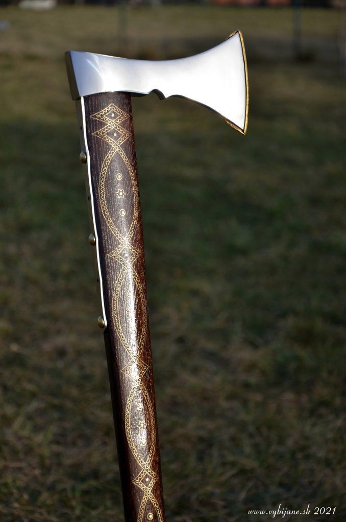 Vybíjaná funkčná valaška, zdobenie vybíjaním, vbíjaný mosadzný plech do dreva, stará slovenská metóda zdobenia dreva kovom.