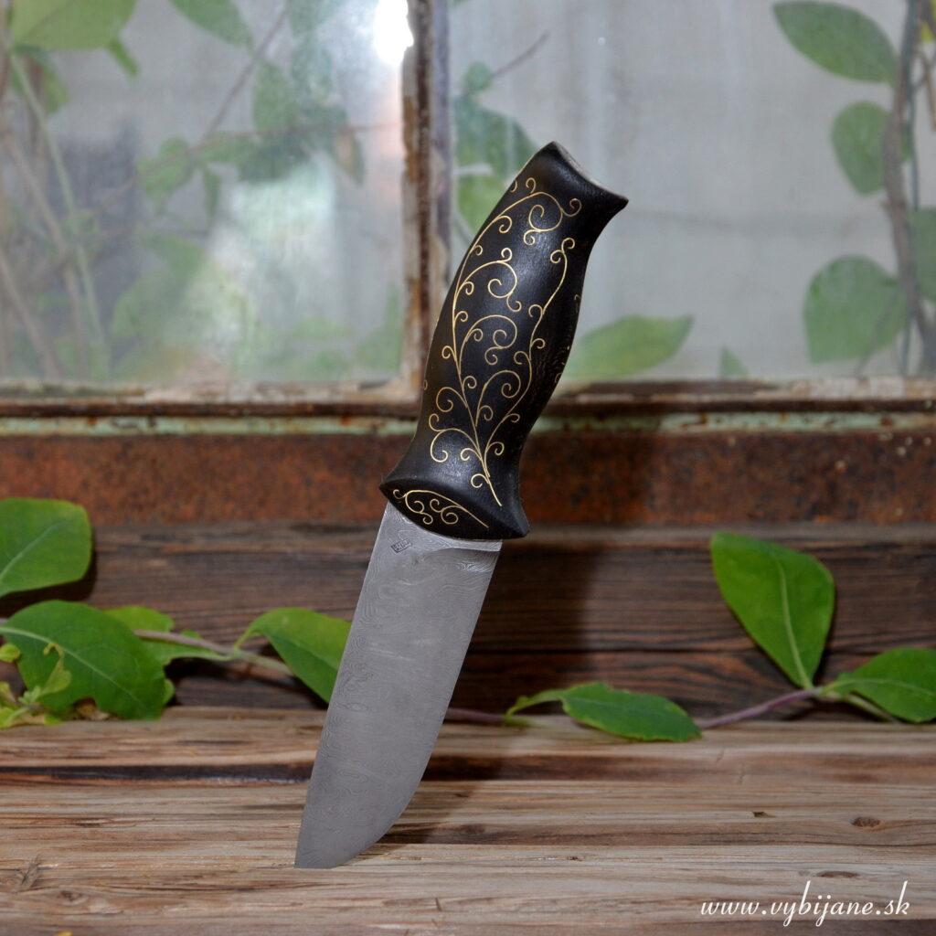 Zdobenie rúčky noža je rovnými líniami mosadzných plieškov